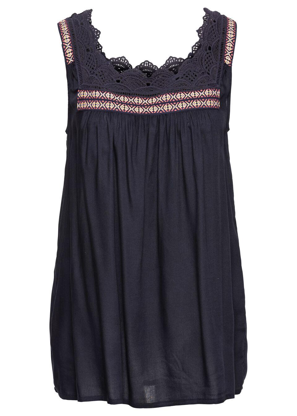 Фото - Блузку с кружевной отделкой от bonprix темно-синего цвета